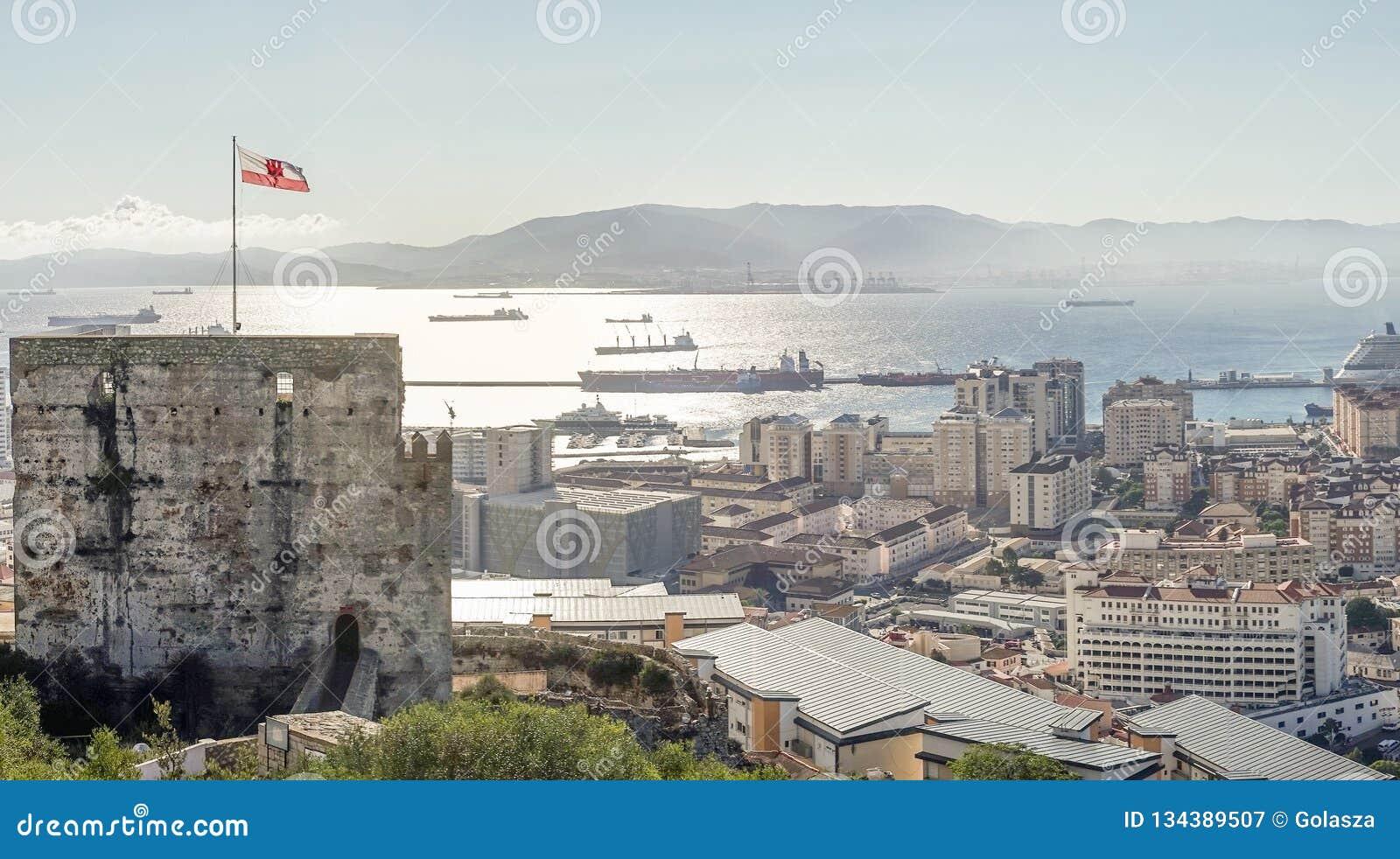 Vista panorâmica da arquitetura em Gibraltar, território ultramarino britânico