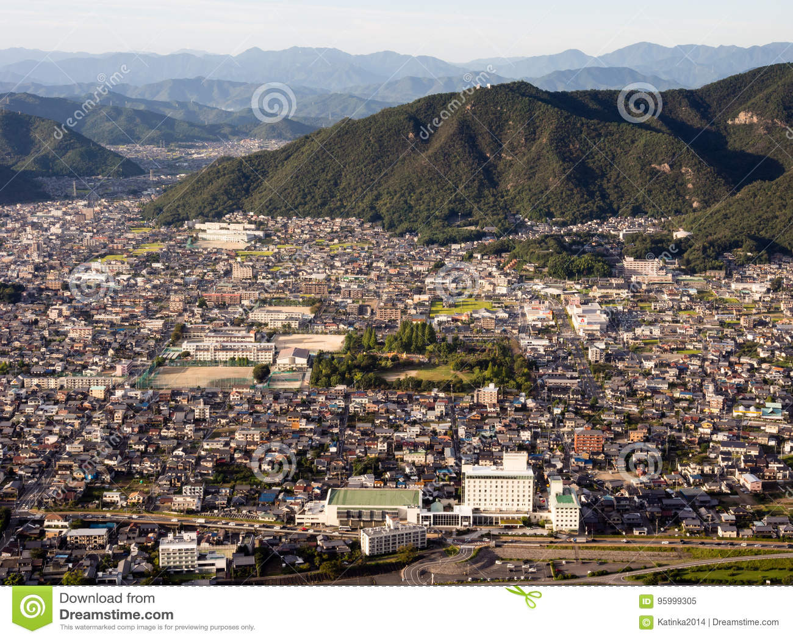 Vista panorâmica da cidade de Gifu da parte superior do castelo de Gifu na montagem Kinka