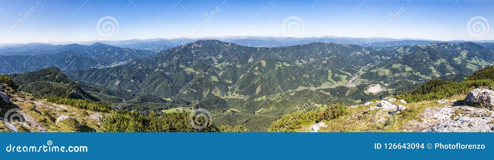 Vista panorâmica da cimeira da montanha Hochlantsch à montanha R