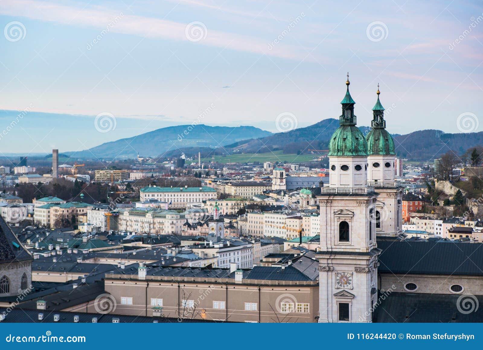 Vista panorâmica da fortaleza de Salzburg no por do sol Áustria