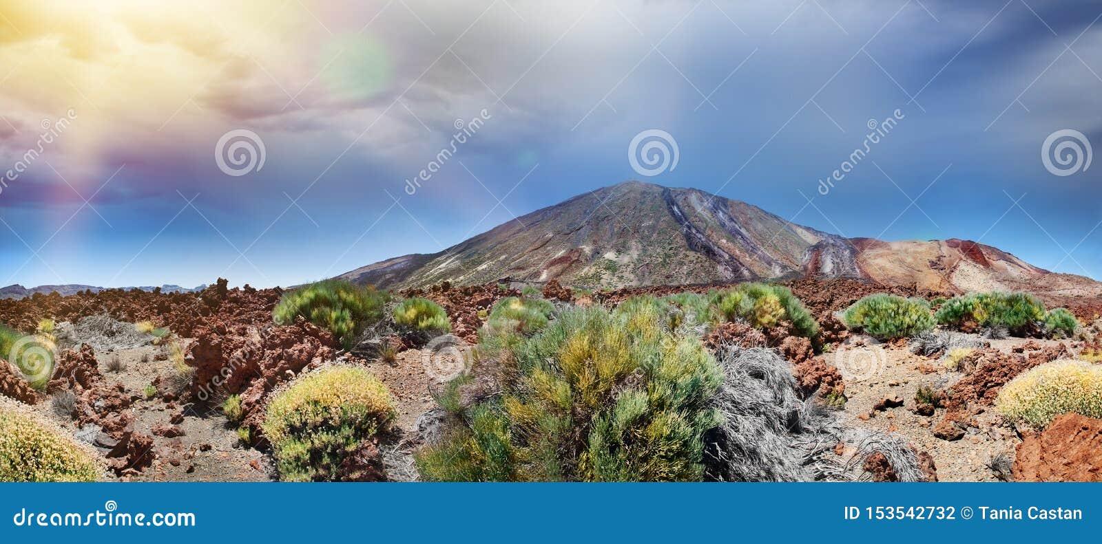Vista panorâmica da montagem Teide no por do sol Turismo nas Ilhas Canárias Praia da Espanha, Tenerife
