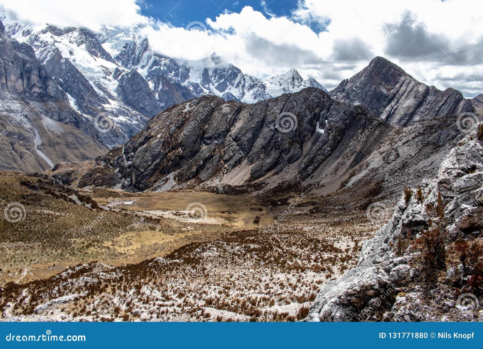 Vista panorâmica das montanhas na Cordilheira Huayhuash, montanhas de Andes, Peru