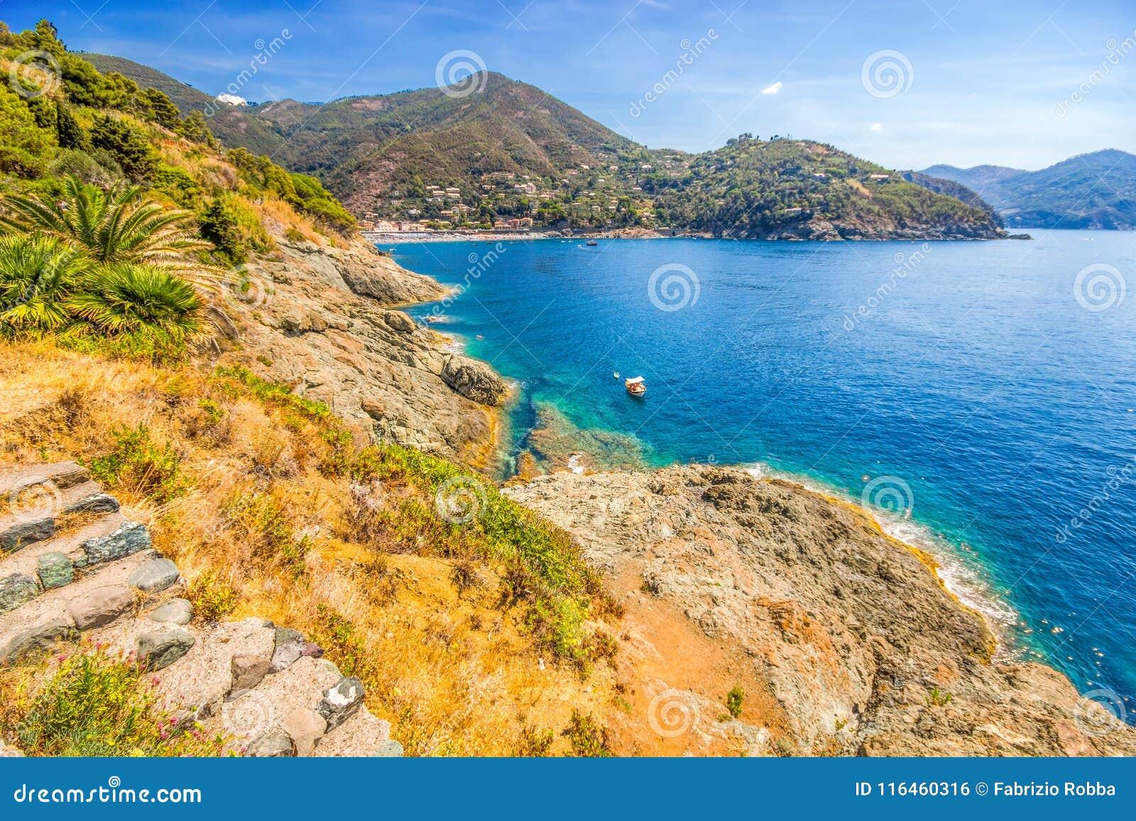 Vista panorâmica de Bonassola, vila antiga na costa leste Ligurian, perto de 5 Terre, província de Spezia do La, Itália