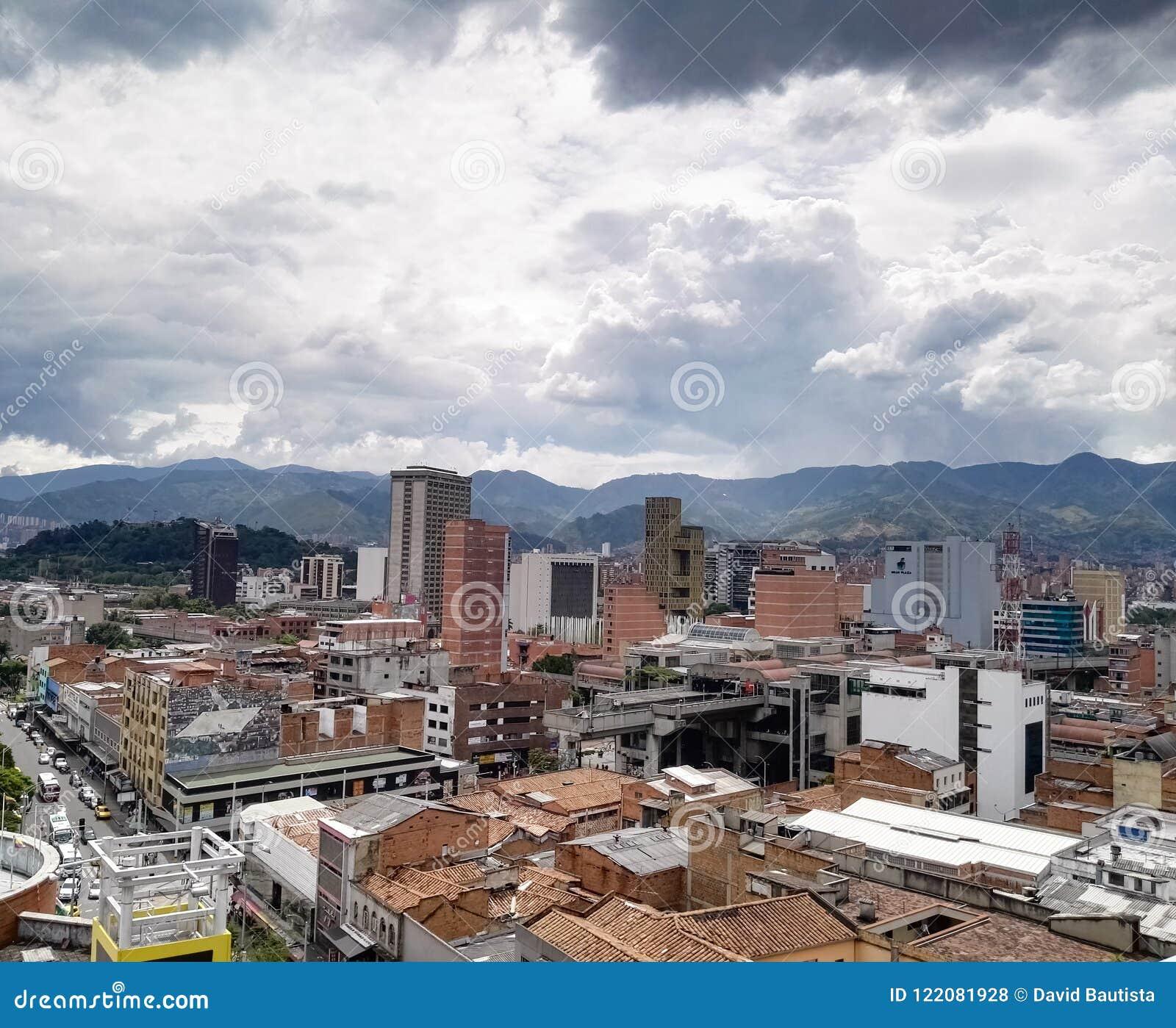 Vista panorâmica de Medellin, Colômbia, na cidade com construções e estação de metro