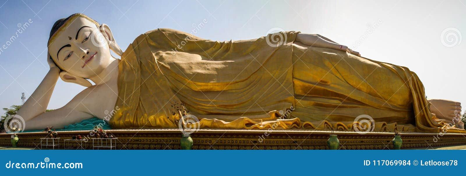 Vista panorâmica de Mya Tha Lyaung, Buda de reclinação, um do maiores no mundo, Bago, região de Bago, Myanmar