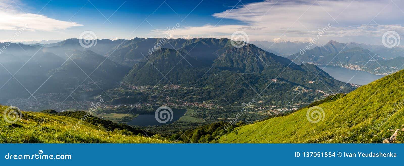 Vista panorâmica de Pizzo di Gino, de Monte Grona, de Monte Legnone, de lago Como e de montanhas circunvizinhas como visto de Mon