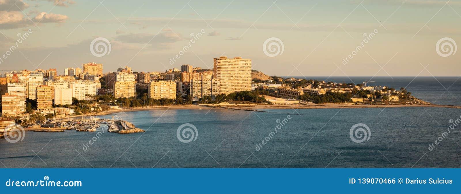 Vista panorâmica de Playa De San Juan, Alicante, Espanha Durante o por do sol agradável