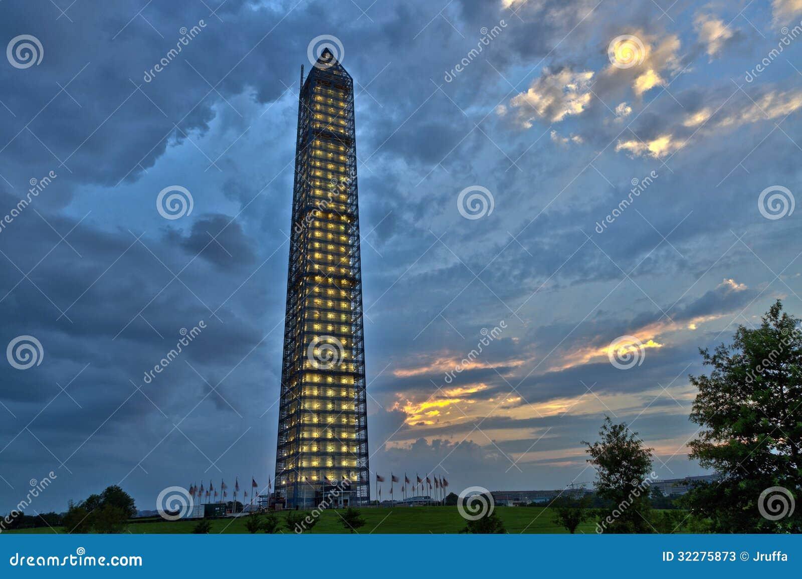 Vista panorâmica de Washington Monument após uma tempestade