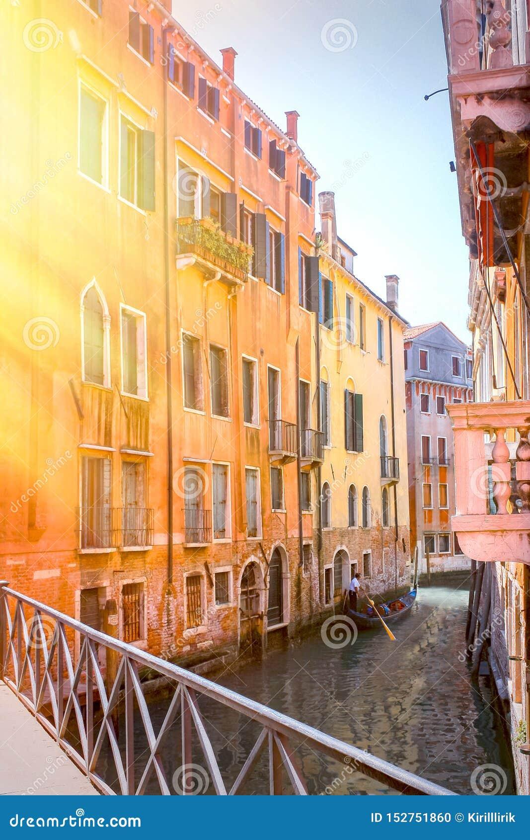 Vista panorâmica do canal famoso grandioso no por do sol em Veneza, Itália com efeito retro do filtro do estilo de Instagram do v