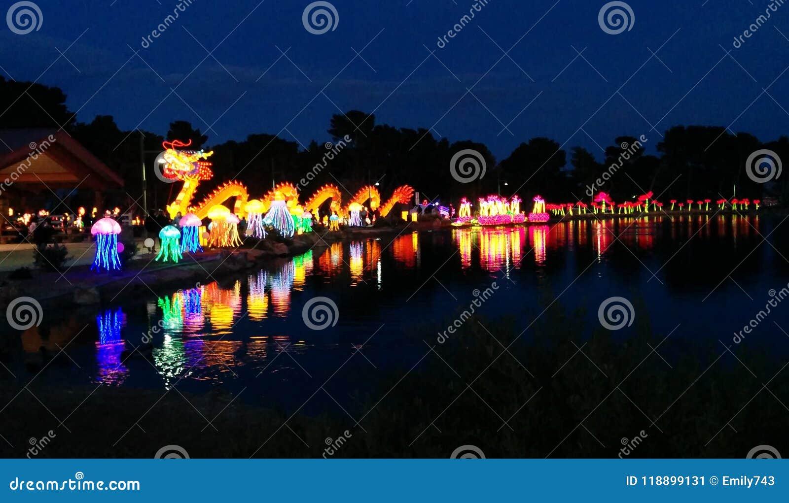 Vista panorâmica do dragão e das outras exposições no festival de lanterna chinês