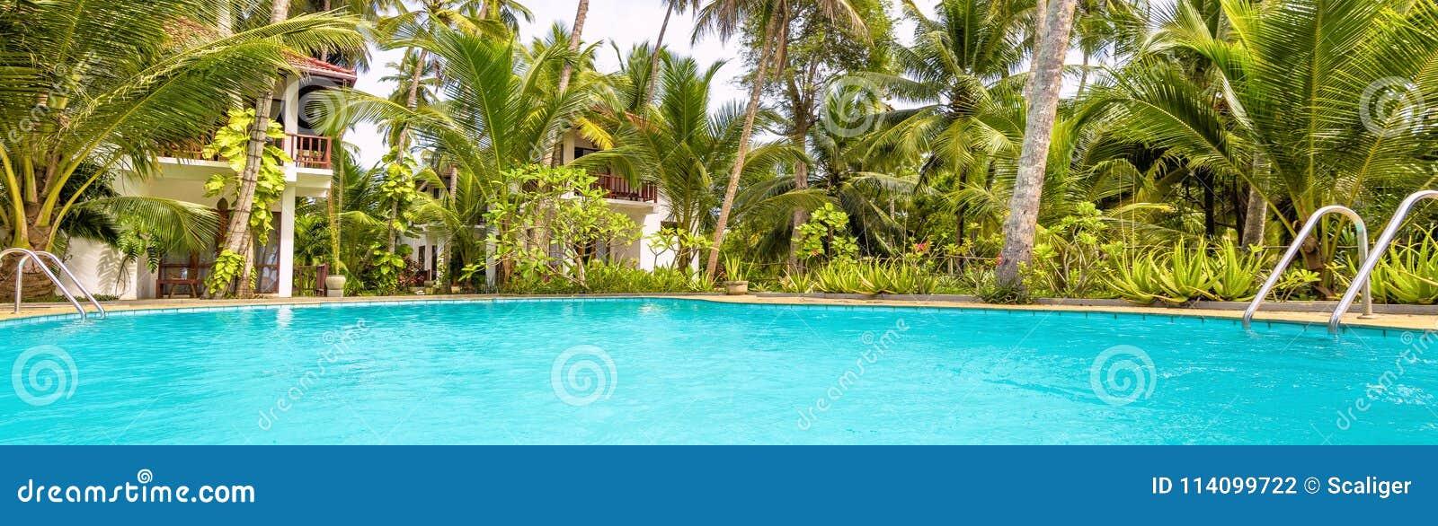Vista panorâmica do hotel tropical ensolarado