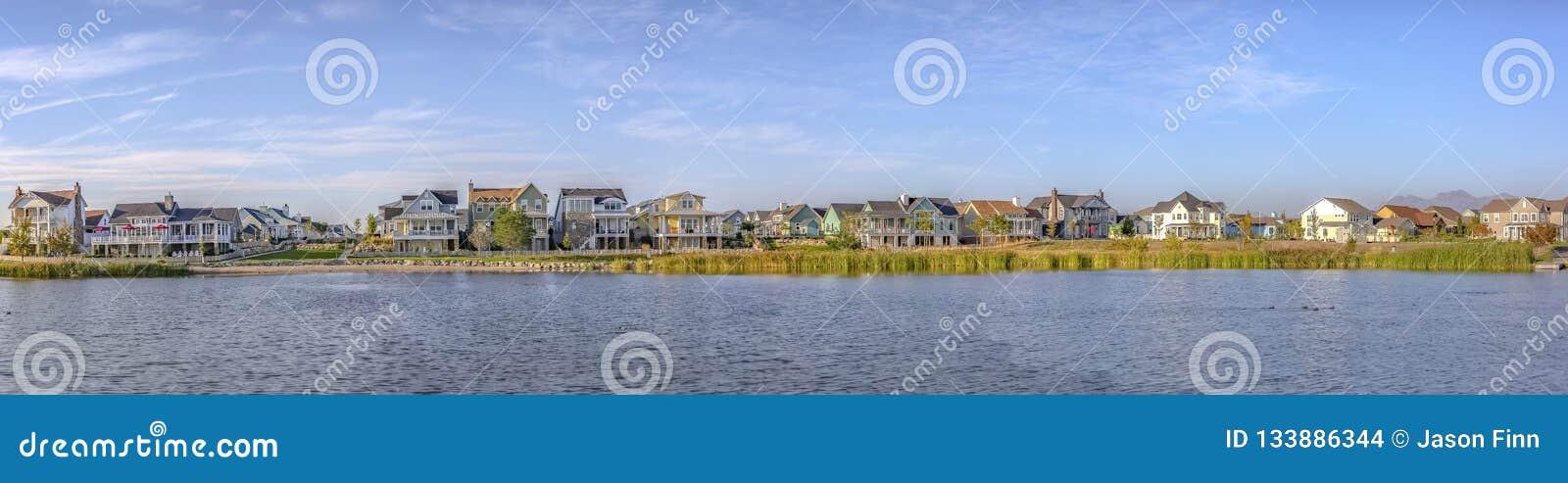 Vista panorâmica do lago Oquirrh com casas e céu