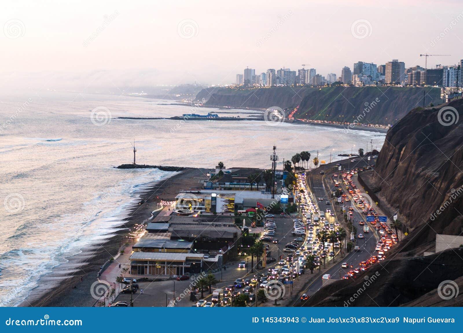 Vista panorâmica do por do sol na costa verde em Lima, Peru