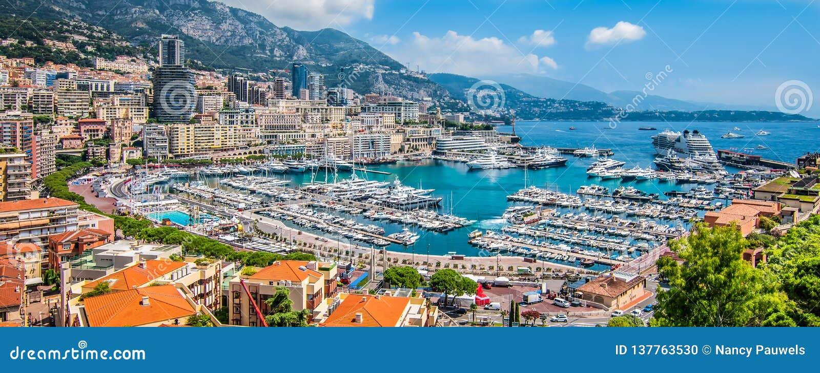 Vista panorâmica do porto de Monte - de Carlo em Mônaco