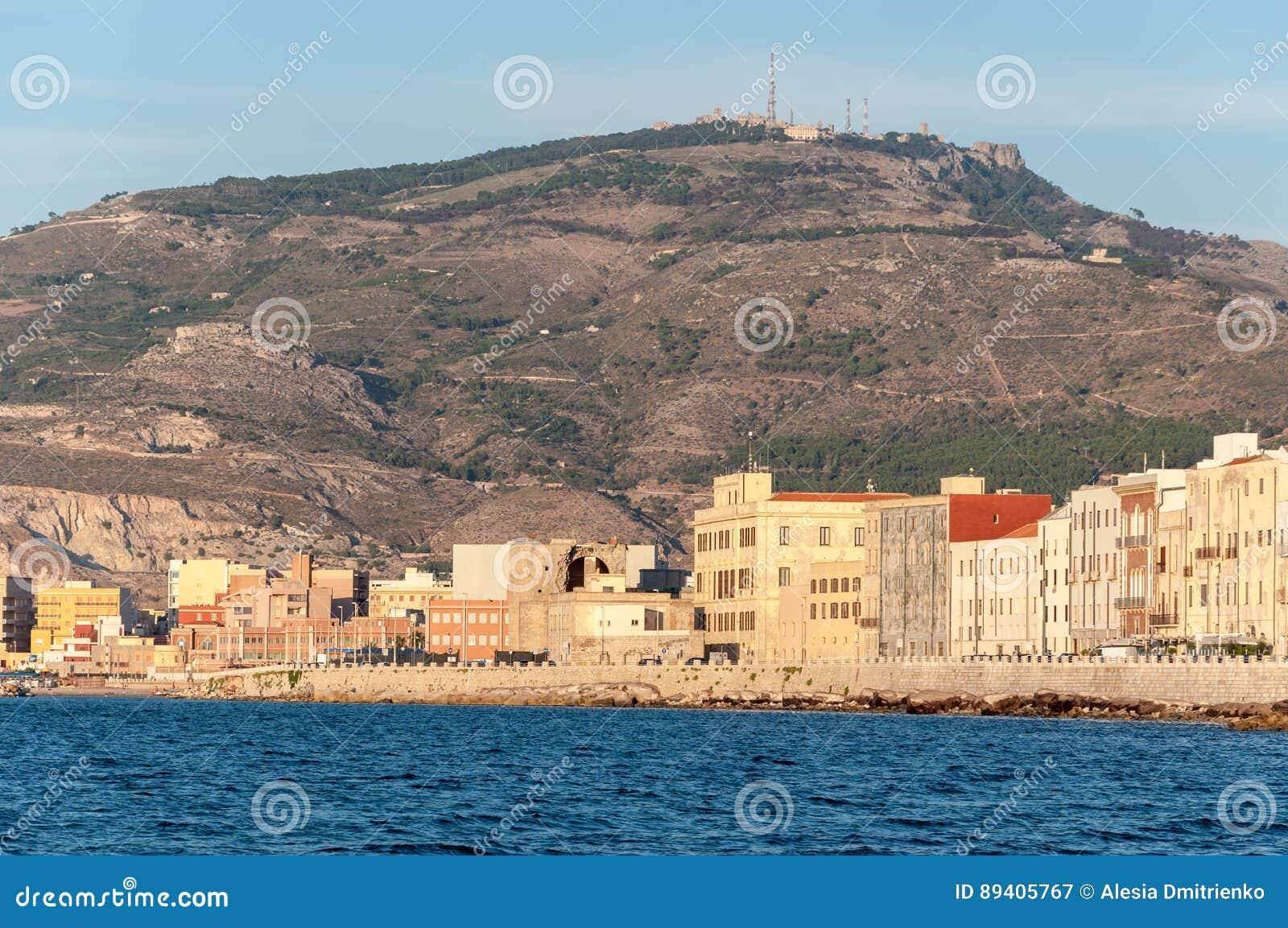 Vista panorâmica do porto em Trapani com as casas velhas coloridas, Sicília