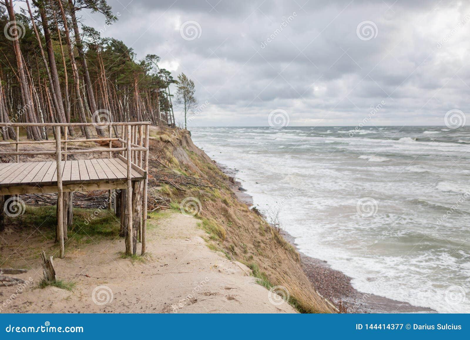 Vista panorâmica do tampão do holandês famoso da atração turística no parque regional do beira-mar de Lituânia perto de Karkle, L