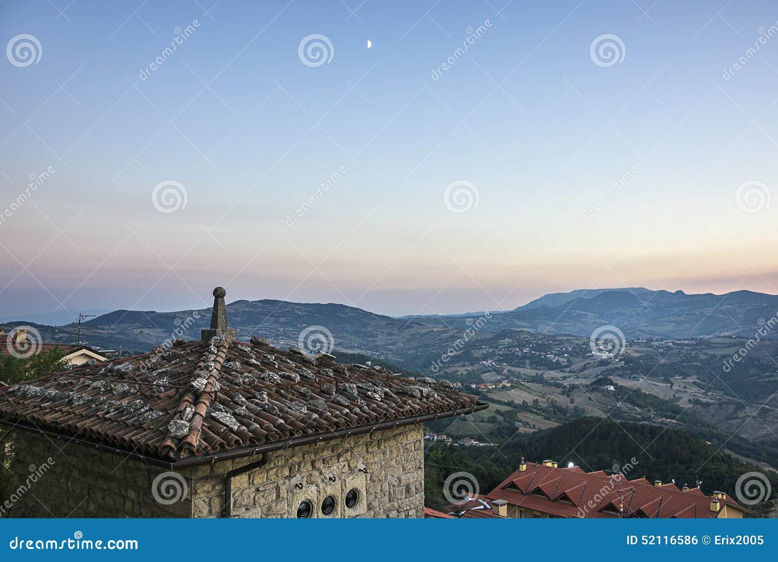 Vista panorâmica do telhado em São Marino em Itália no eveni