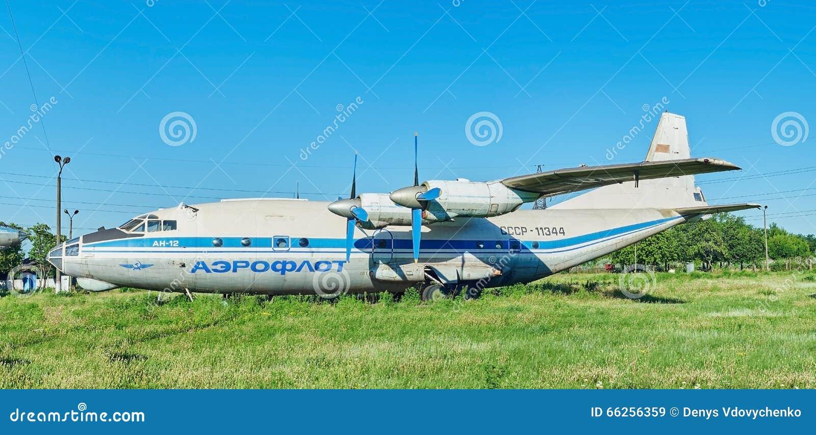 Vista panorâmica dos aviões soviéticos velhos An-12 Antonov