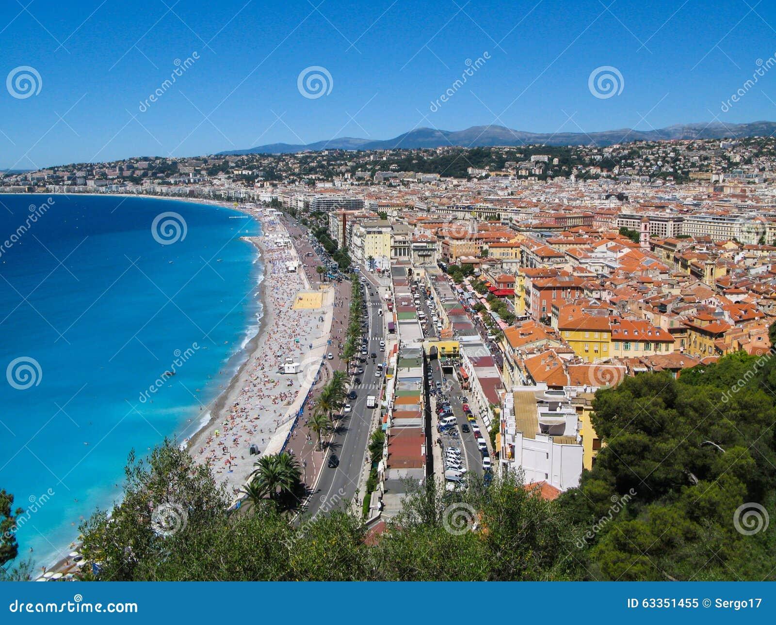 A vista panorâmica dos azuis celestes costeia em agradável, França