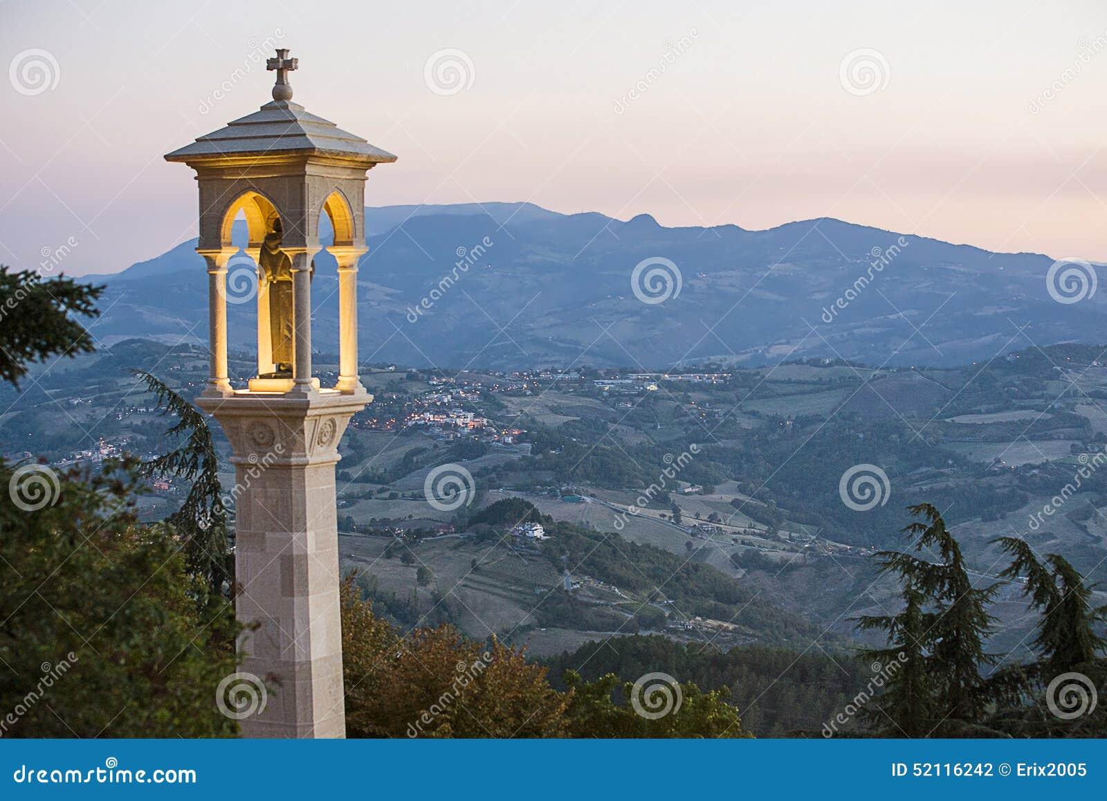 Vista panorâmica em São Marino no final da noite no verão