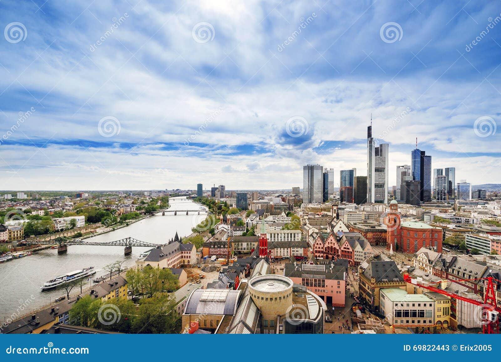 Vista panorâmica na skyline de Francoforte e na cidade Hall Squa de Romerberg
