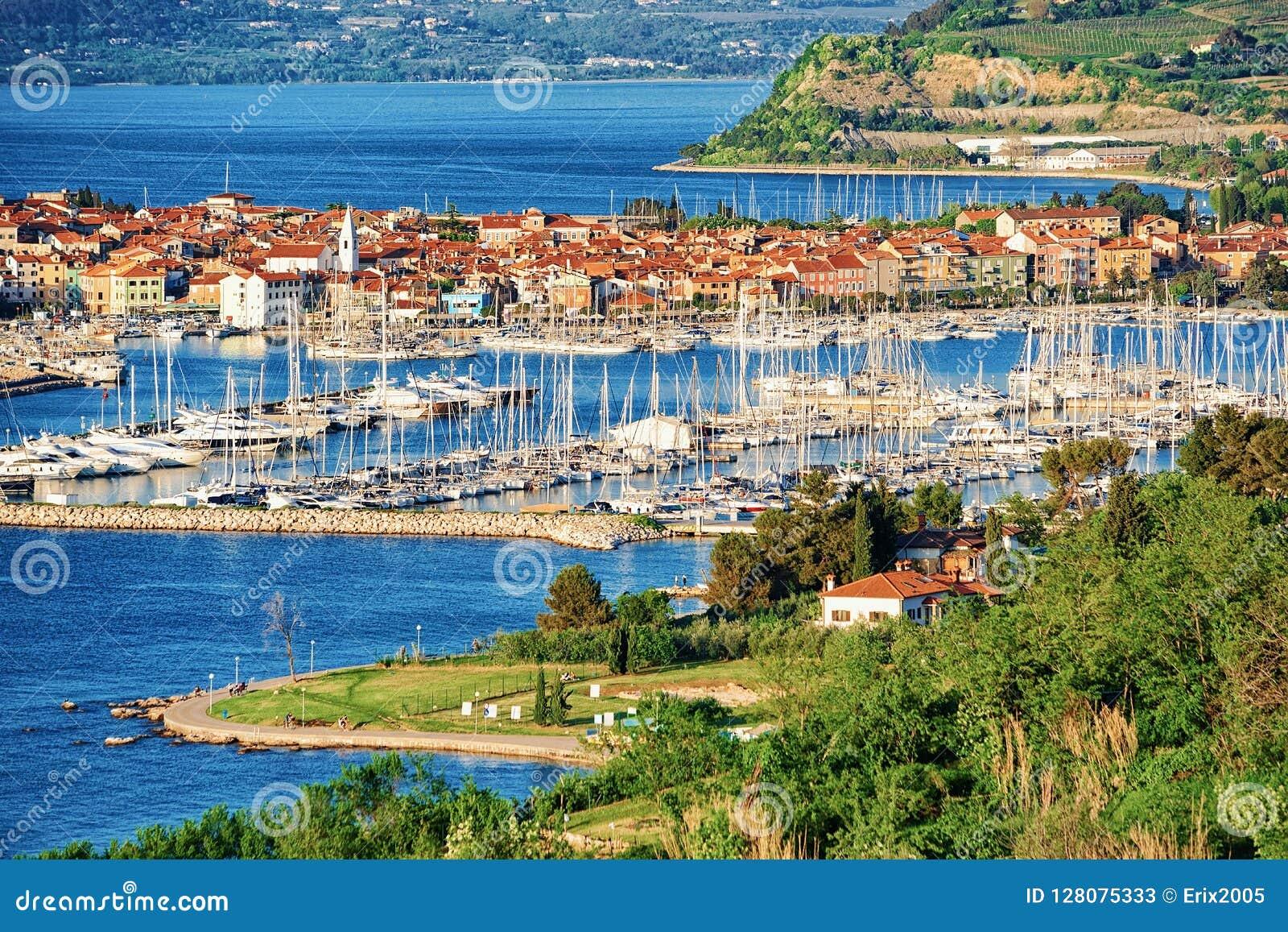 Vista panorâmica no porto no mar de adriático no Eslovênia de Izola