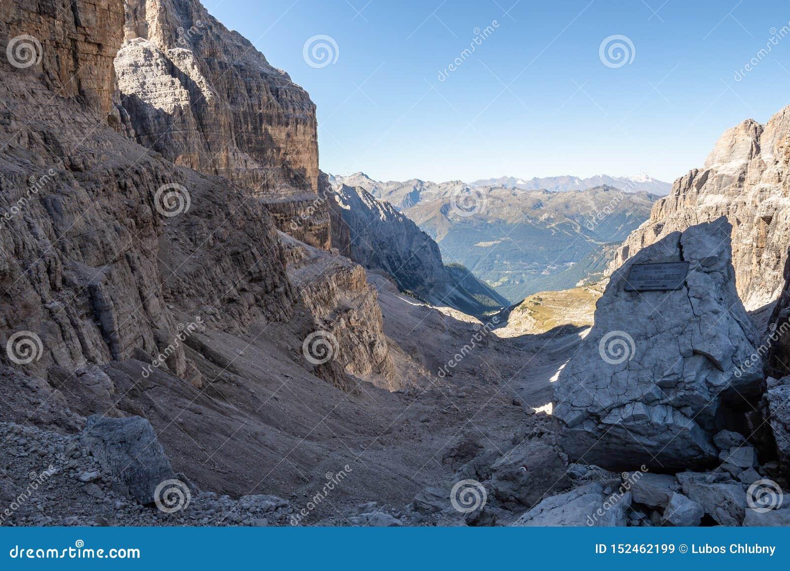 Vista panor?mica de picos de montanha famosos das dolomites, Brenta Trentino, Italy