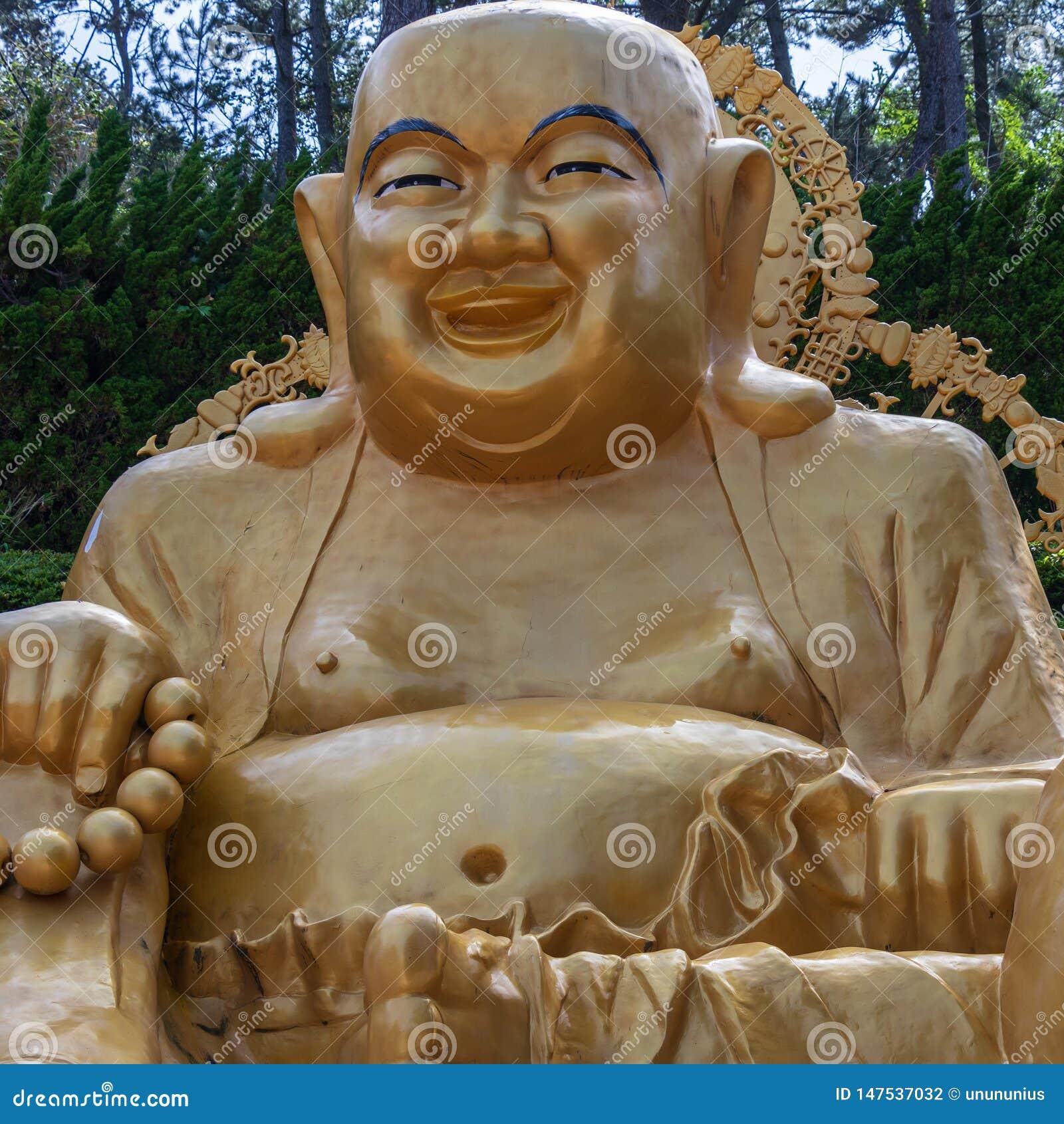Vista panor?mica no grande buddha de assento rezando dourado Templo coreano de Haedong Yonggungsa Busan, Coreia do Sul, asi?tica
