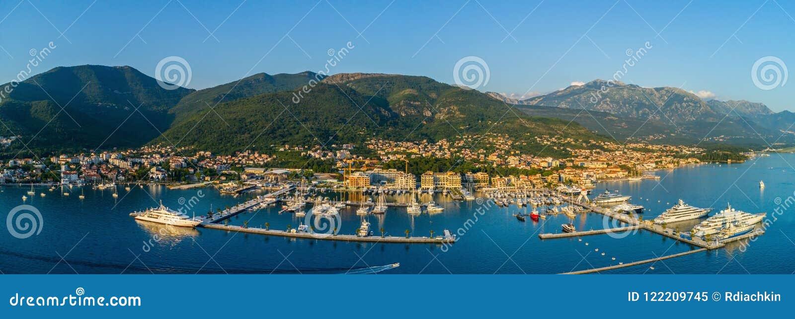 Vista panoramica aerea della sera a Oporto Montenegro in Teodo