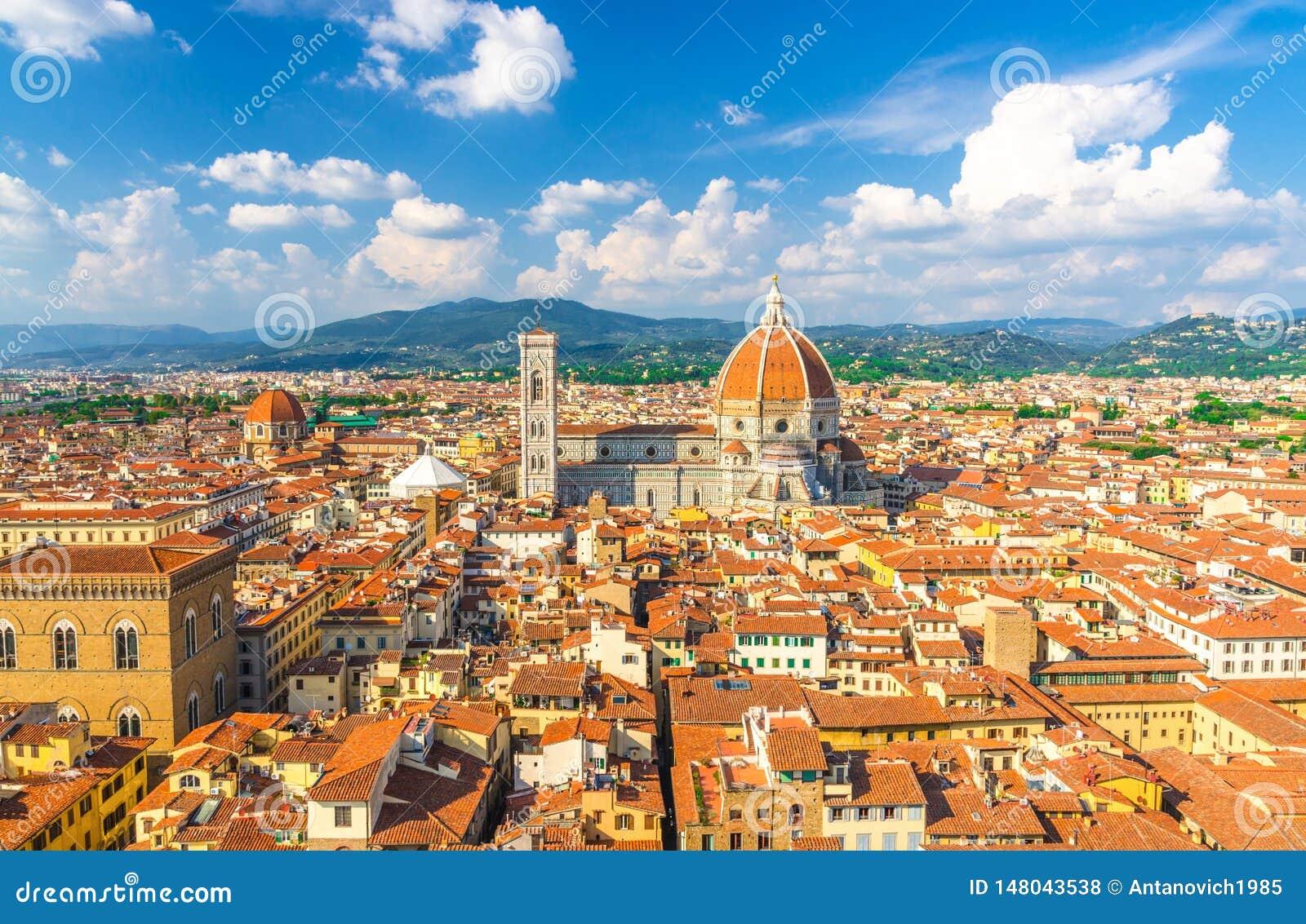 Vista panoramica aerea superiore della citt? di Firenze con la cattedrale di Santa Maria del Fiore dei Di di Cattedrale del duomo