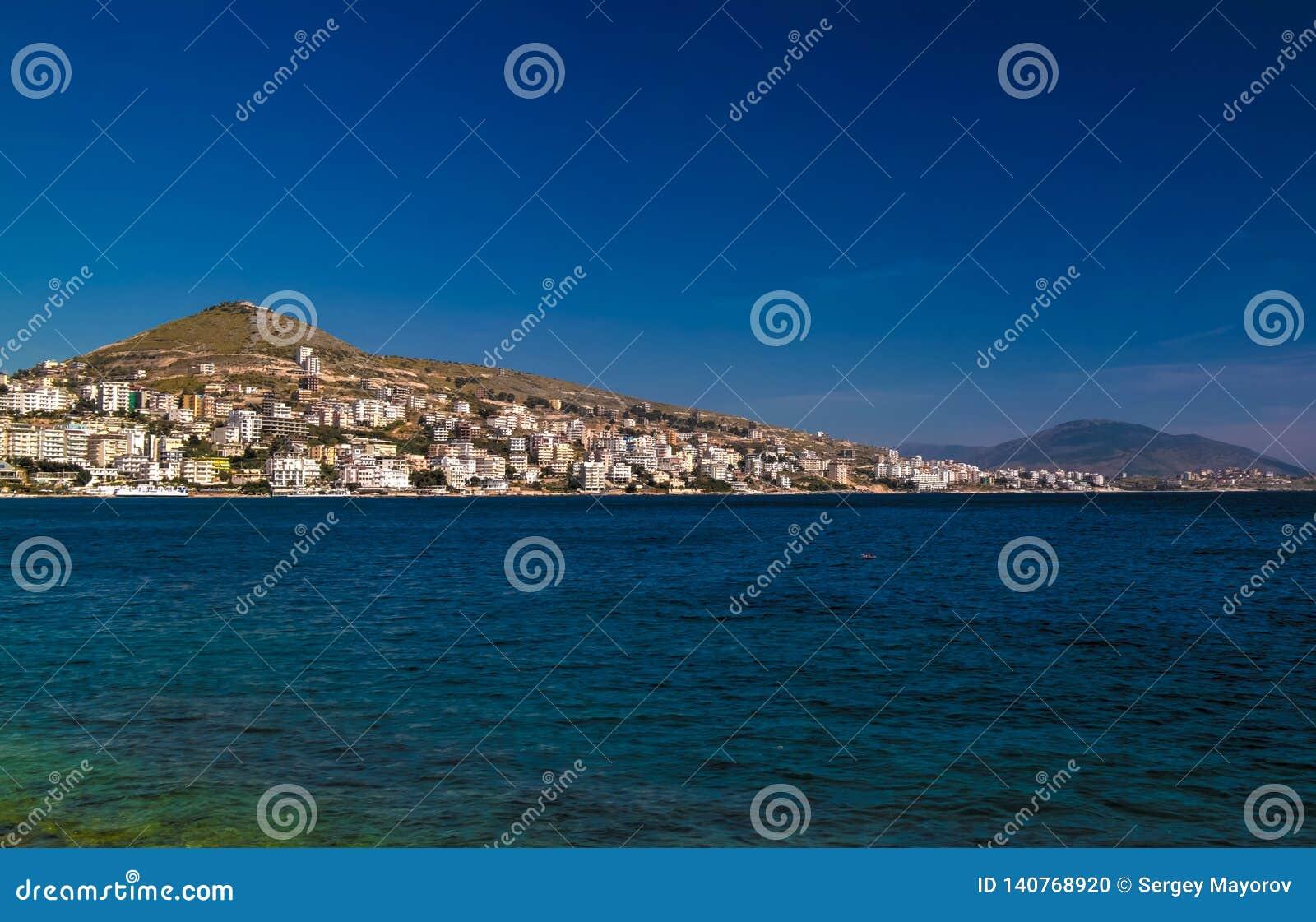 Vista panoramica alla città di Saranda ed alla baia del mare ionico, Albania