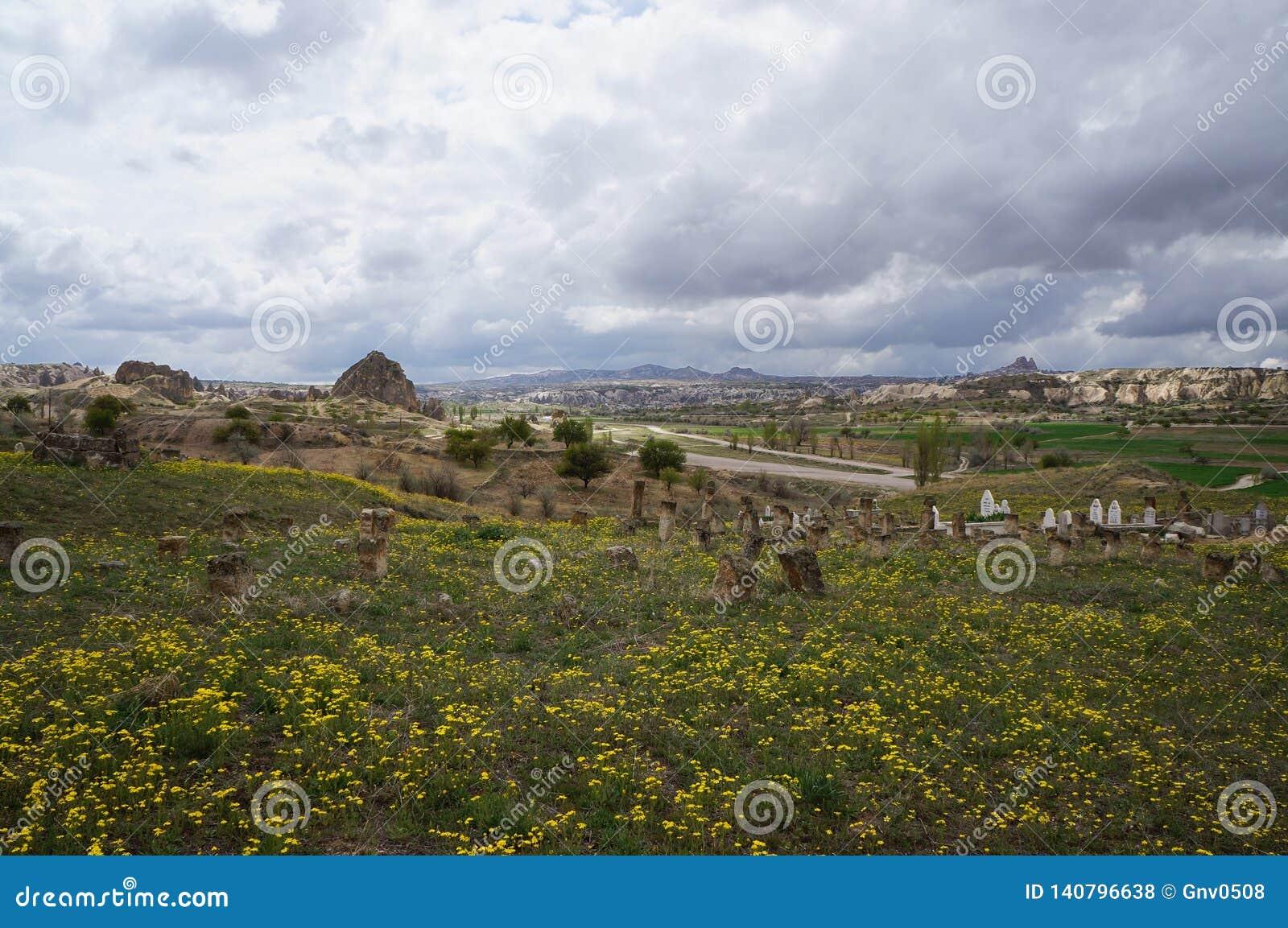 Vista panoramica con il vecchio cimitero musulmano in Cappadocia