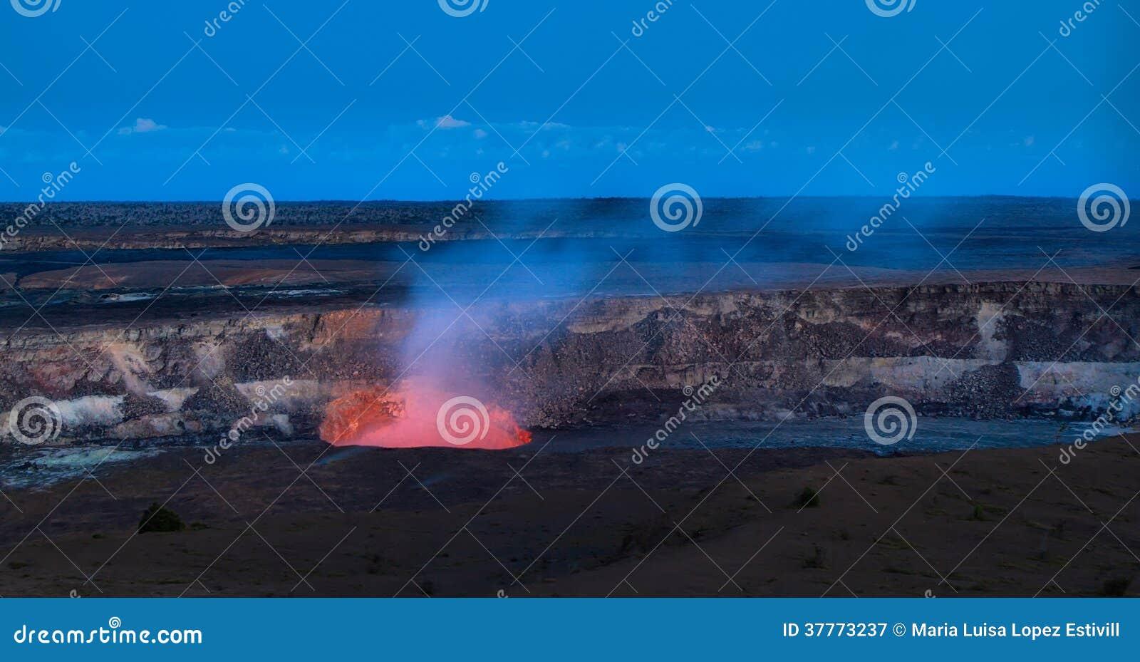 Vista panoramica del cratere attivo del vulcano di Kilauea