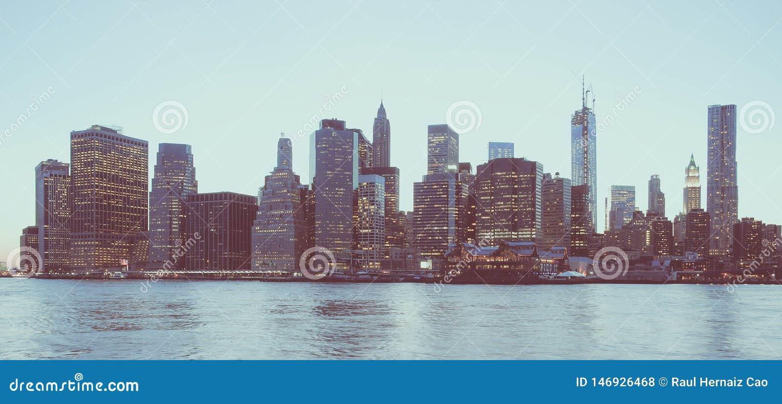 Vista panoramica del distretto finanziario di New York e del Lower Manhattan all alba osservata dal parco del ponte di Brooklyn C