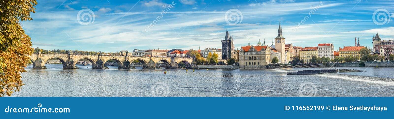 Vista panoramica del fiume di autunno sul fiume della Moldava, su Charles Bridge e sul castello di Praga, repubblica Ceca Vecchia