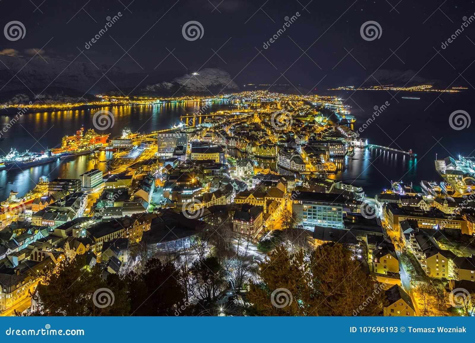 Vista panoramica della città di Alesund di notte dalla collina di Aksla