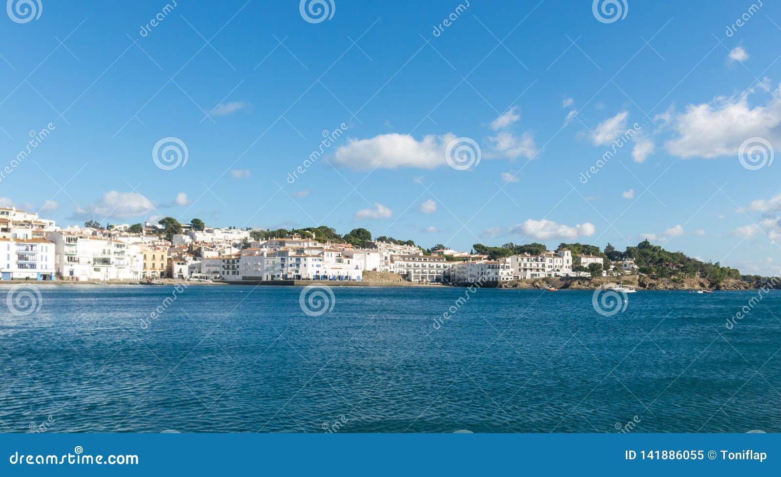 Vista panoramica della città spagnola di Cadaques, il piccolo villaggio famoso di Costa Brava, Catalogna - Spagna