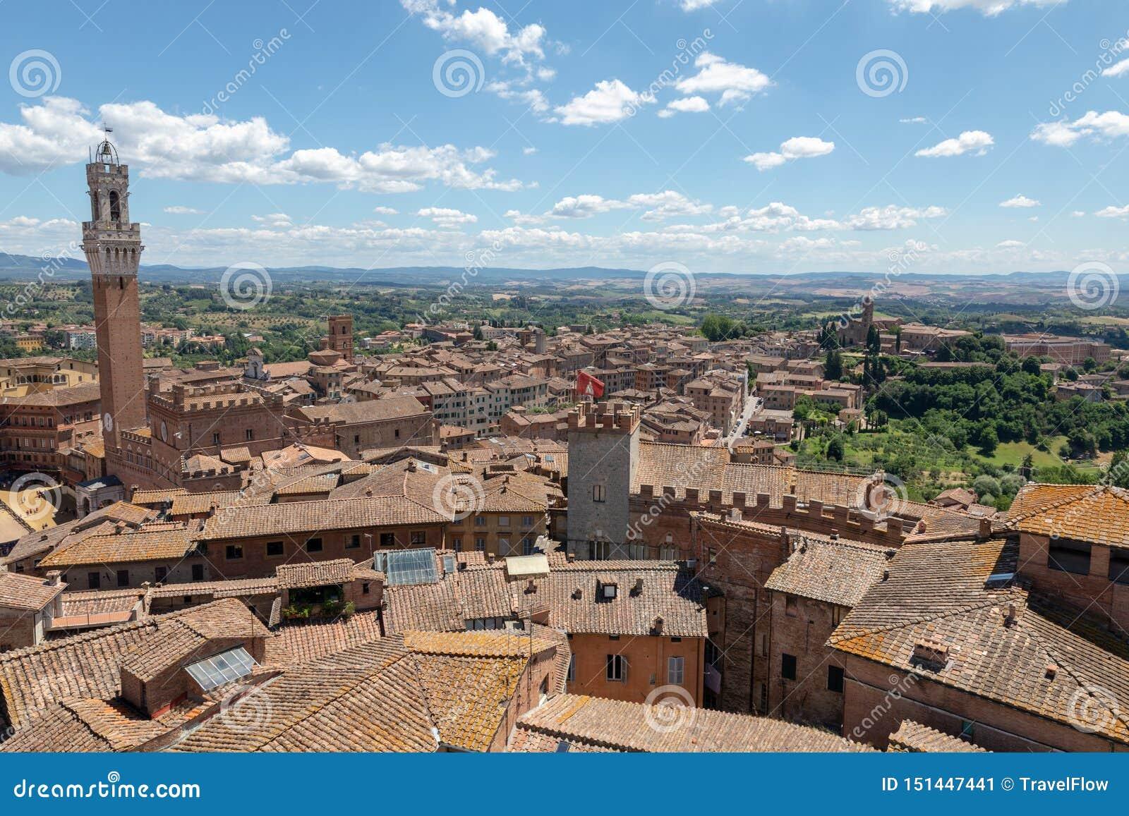 Vista panoramica della citt? di Siena con Piazza del Campo ed il Torre del Mangia