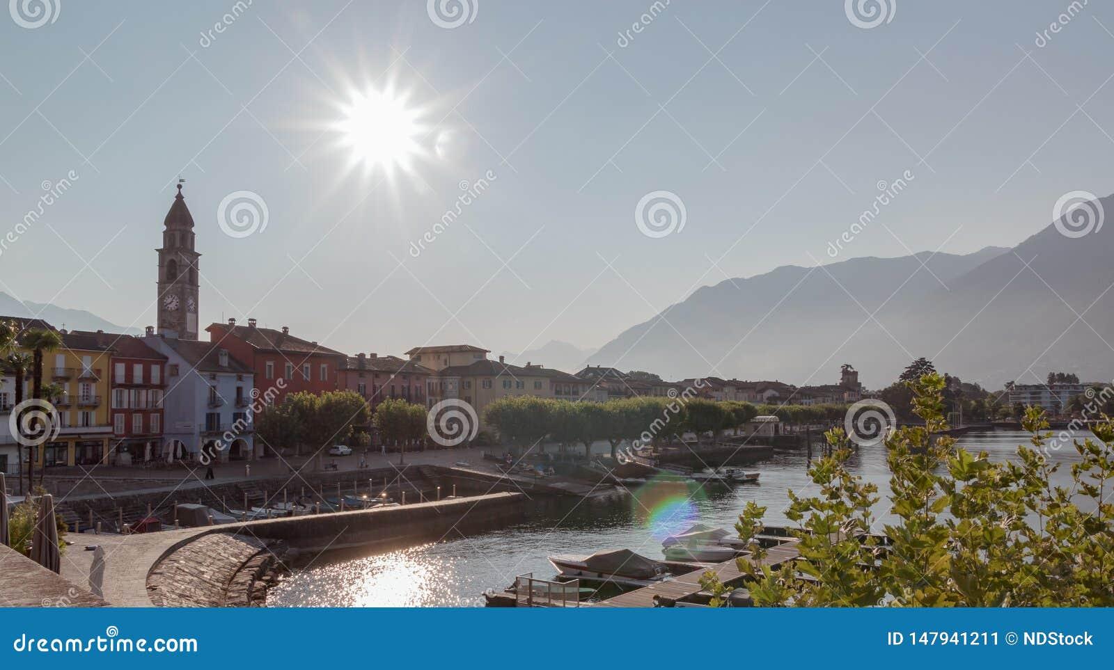 Vista panoramica della piazza in Ascona durante il giorno soleggiato