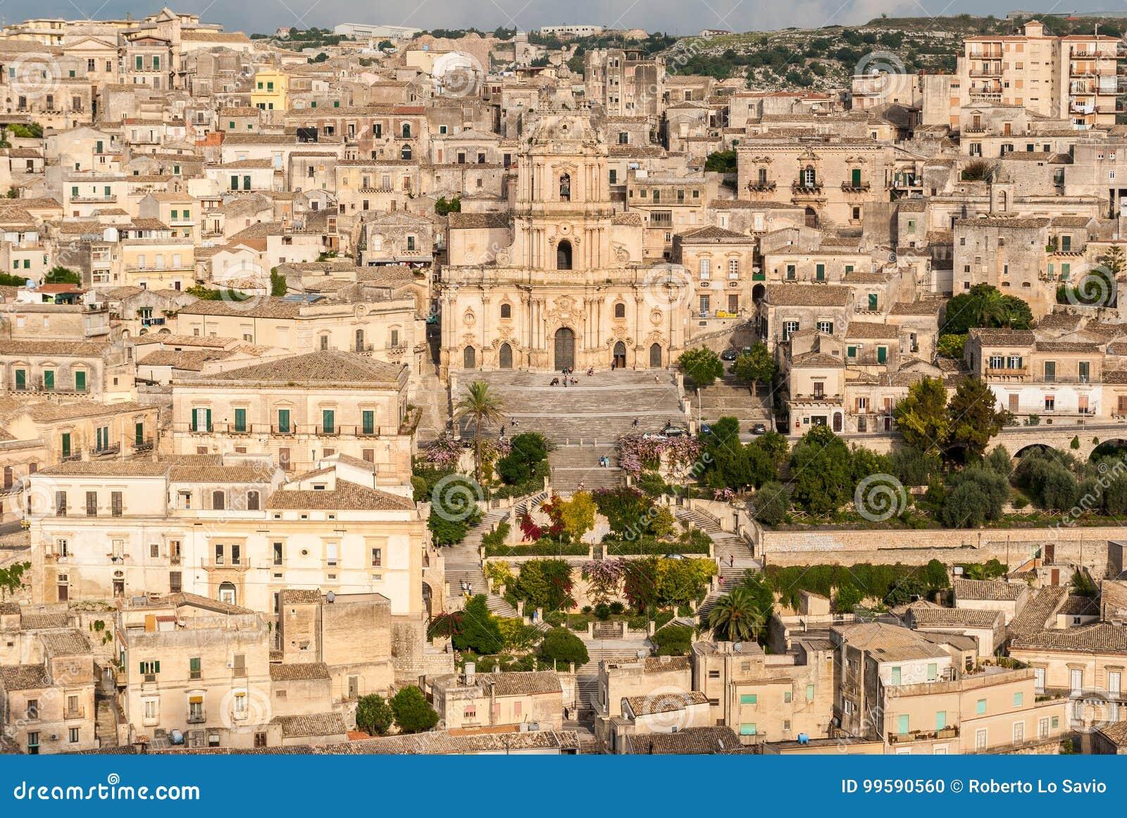 Vista panoramica delle briciole, con la cattedrale di San Giorgio
