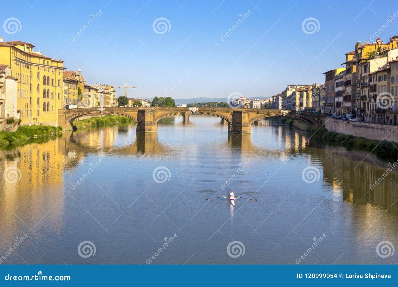 Vista panoramica di Arno River e del ponte medievale di pietra Ponte Vecchio con la bella riflessione delle case variopinte, picc