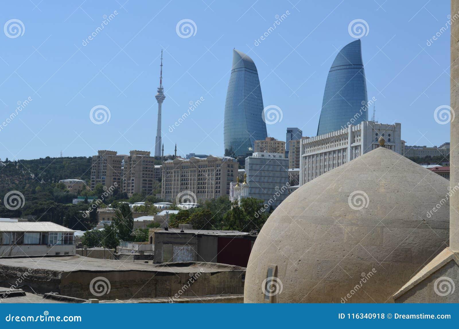 Vista panoramica di Bacu - la capitale dell Azerbaigian ha individuato dalla riva di mar Caspio Visto da un bagno turco