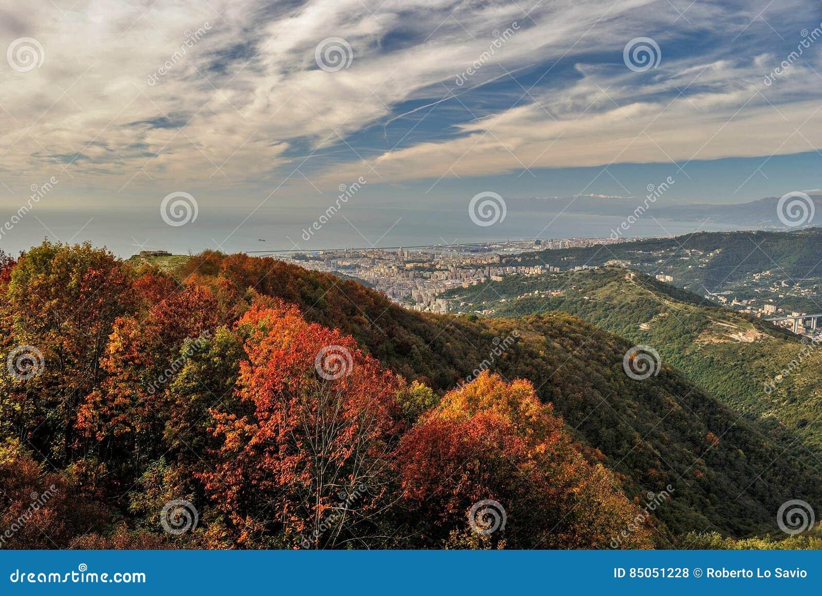 Vista panoramica di Genova veduta dalle colline circostanti durante la caduta