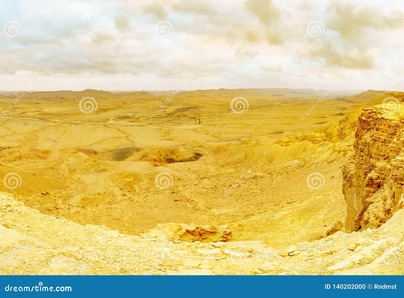 Vista panoramica di tramonto del cratere Ramon di Makhtesh