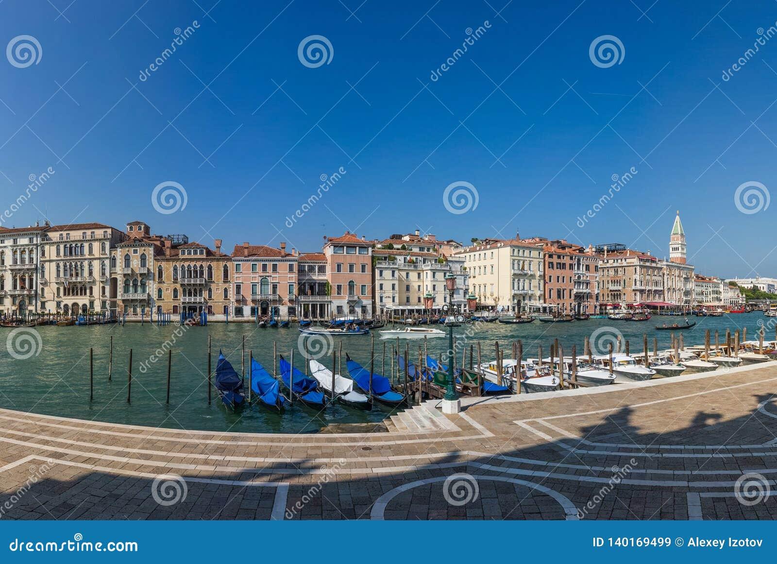 Vista panoramica sul molo con le gondole su Grand Canal a Venezia, Italia