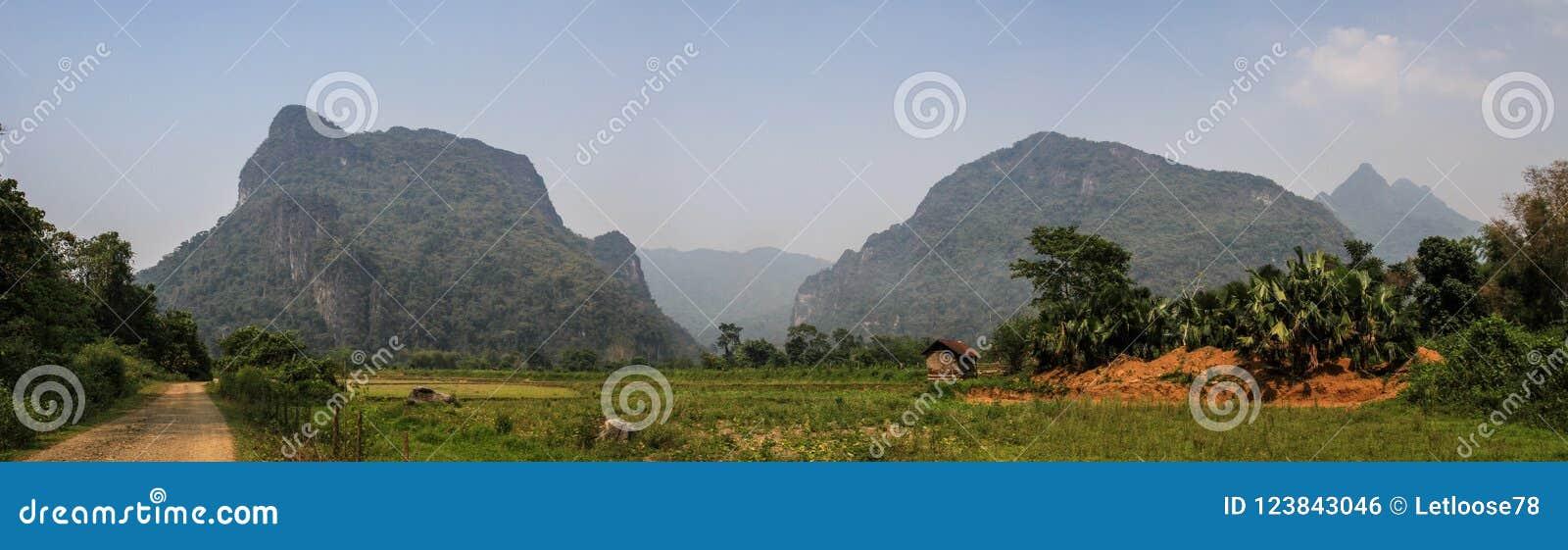 Vista panoramica sulla natura stupefacente e formazione carsica intorno al vieng del vang, provincia di Vientiane, Laos