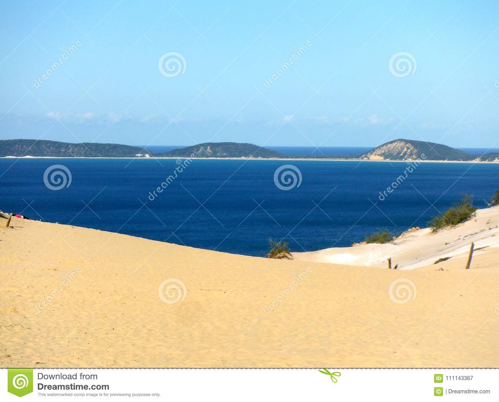 Vista para o mar de Queensland do sandblow de Carlo