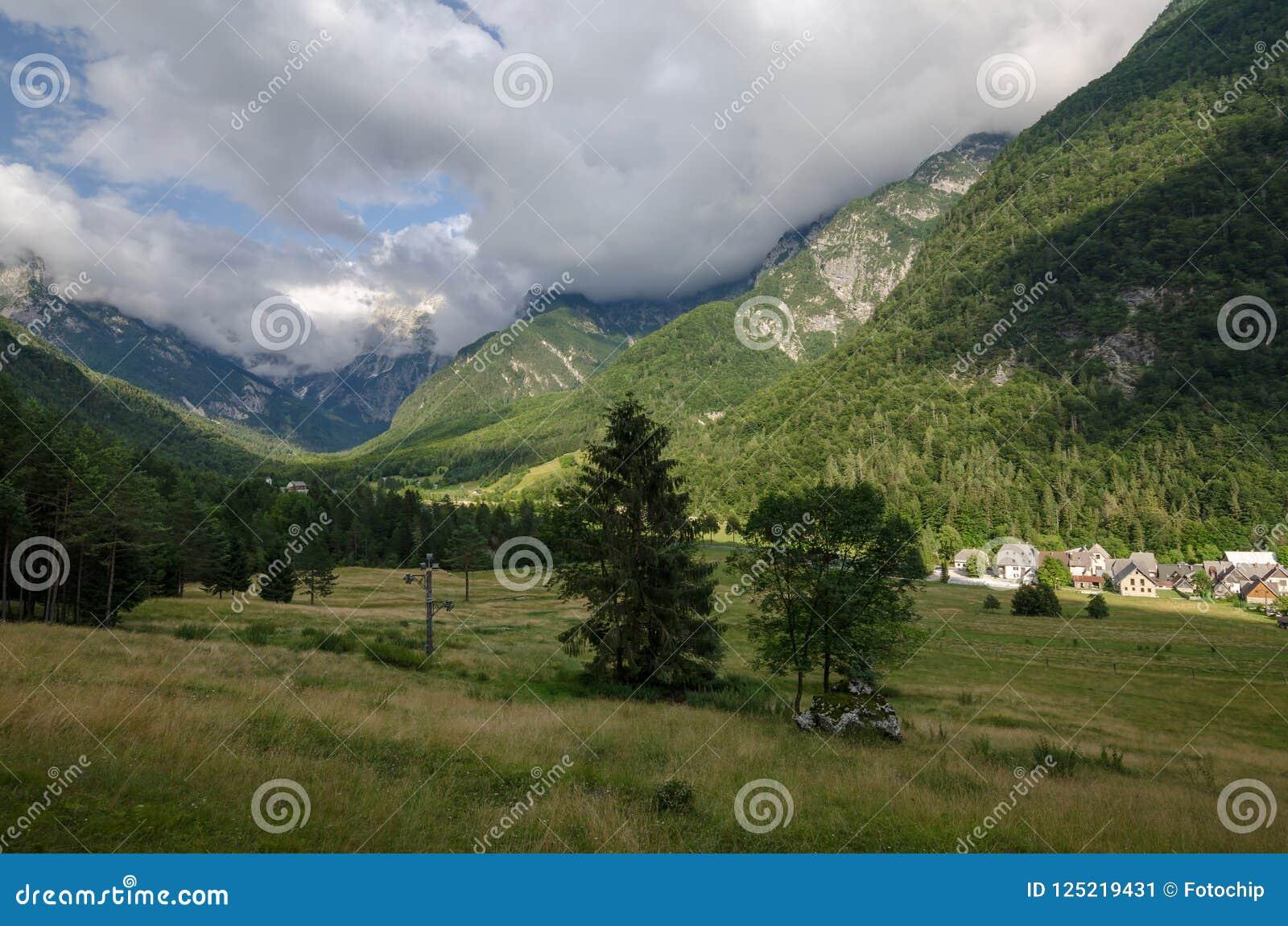 Vista para registrar a vila de Mangartom da vagem perto de Bovec, Eslovênia, parque nacional de Triglav, Europa