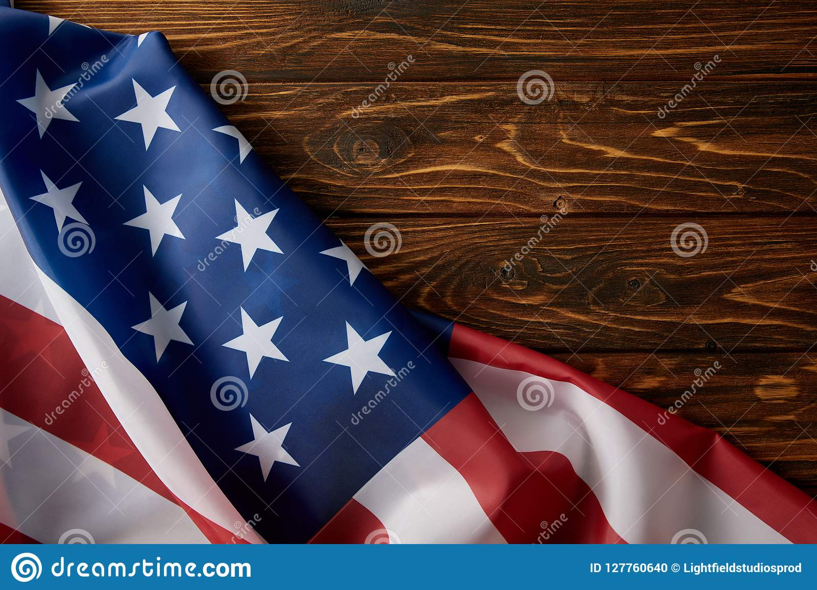 Vista parcial da bandeira de Estados Unidos da América na superfície de madeira