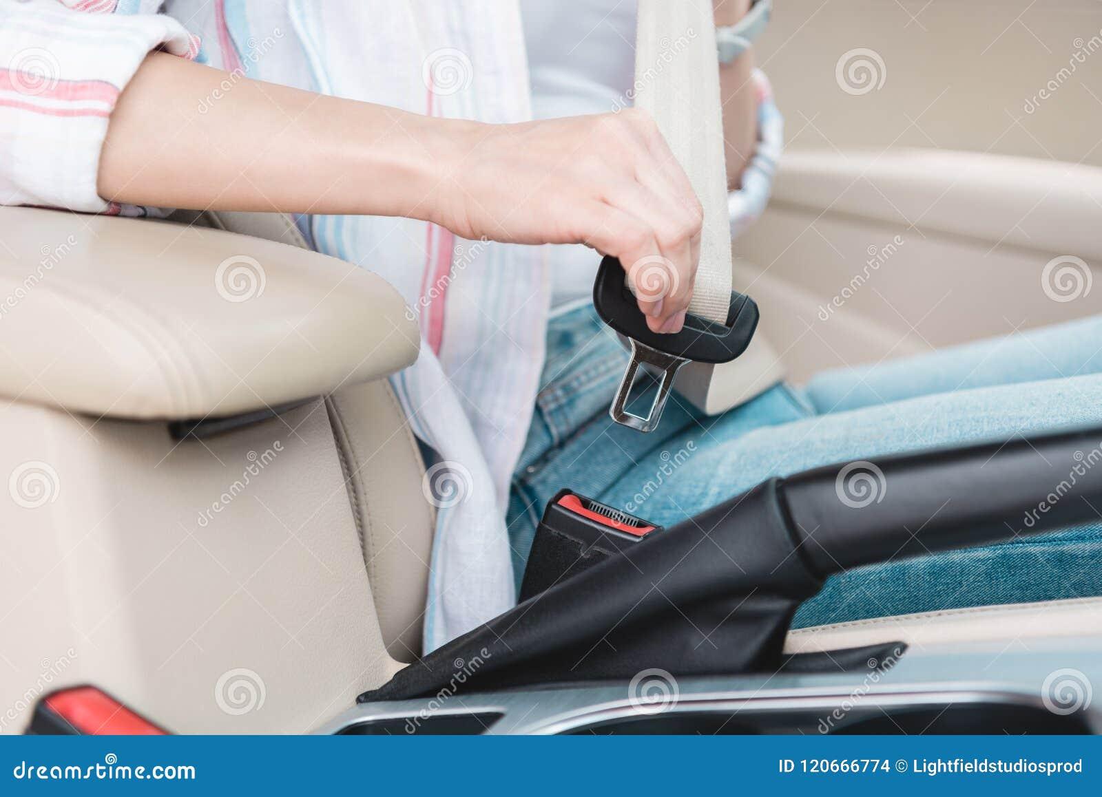 Vista parcial do cinto de segurança da asseguração da mulher